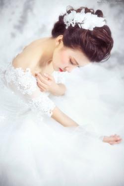 Photoshop给室内婚纱照片添加甜美肤色效果